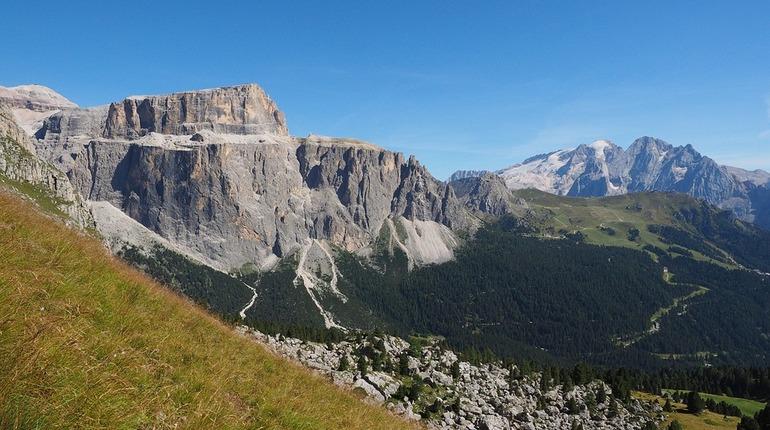 Группа альпинистов из Петербурга попала в эпицентр камнепада на перевале Урал в Кабардино-Балкарии. Несколько человек пострадали.