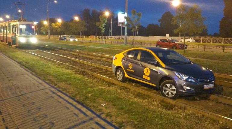 Водитель на Выборгском шоссе посадил делимобиль на брюхо и сбежал