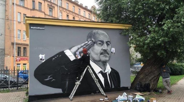 Новое граффити с тренером сборной России по футболу тоже не угодило недовольному петербуржцу, который ранее жаловался на прошлую версию изображения.