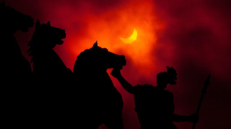 Начало пятницы, которая к ужасу суеверных людей выпала на 13 число, ознаменовалось солнечным затмением. Кроме того, сегодня началось новолуние. Такой коктейль из небесных явлений может отразиться на самочувствии даже самых отъявленных скептиков.
