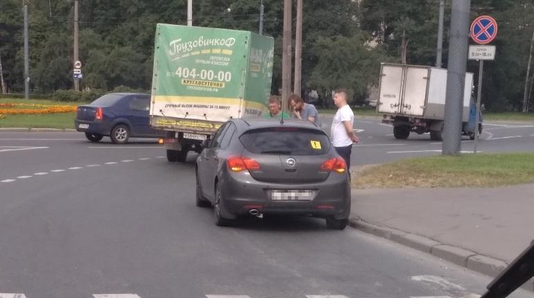 Иномарка стукнула грузовик на шоссе Революции
