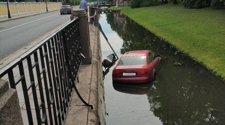 Audi отправилась плавать в канал в Пушкине