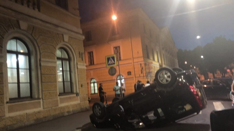 В автомобиле, который в ночь на субботу, 14 июля, перевернулся в центре Петербурга, оказался бразильский журналист, который приехал в Россию на чемпионат мира по футболу. Пострадавшему помог студент Санкт-Петербургского государственного университета.