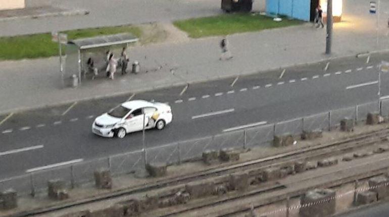 На пересечении Ушинского и Просвещения такси опять не довезло