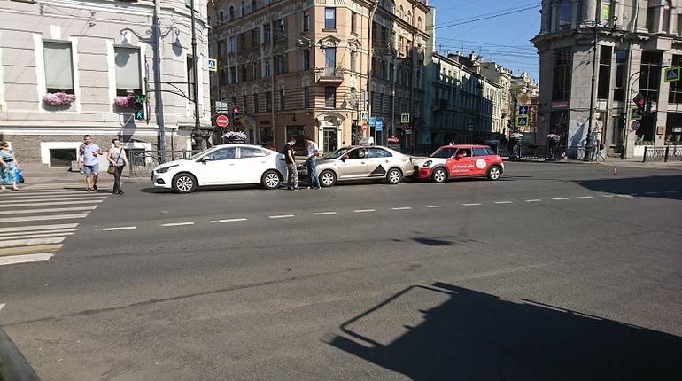 В Петербурге произошло массовое ДТП с такси и доставщиком