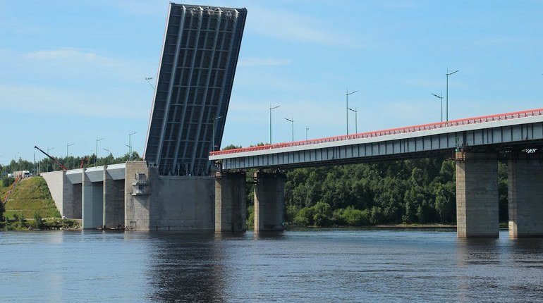 В понедельник, 16 июля, из-за разводки Ладожского моста будет приостановлено движение по трассе