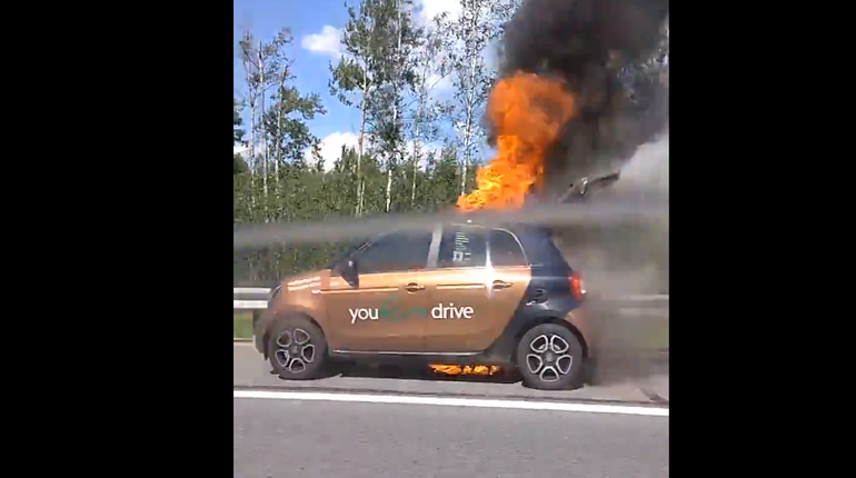 Горящий каршеринговый автомобиль, которые был ранее замечен пользователями социальных сетей, удалось потушить пожарным ГУ МЧС по Санкт-Петербургу.