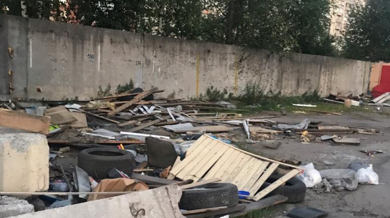 В Невском районе жалуются на свалку, оставшуюся на месте автостоянки у метро