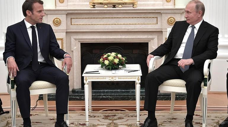 Путин и Макрон провели встречу, на которой российский президент заявил, что российско-французские отношения постепенно налаживаются.