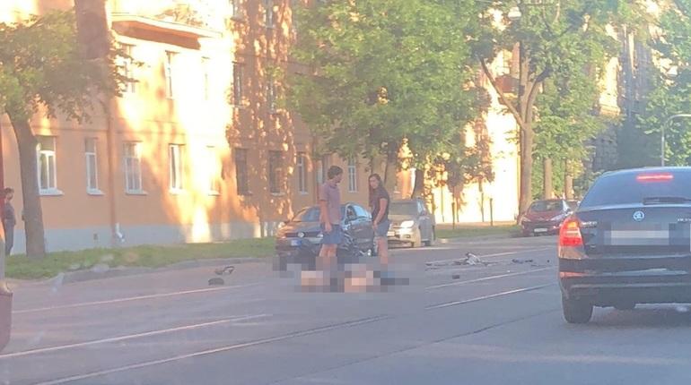 В Петроградском районе в Санкт-Петербурге в результате аварии погиб полуголого байкера. Об этом сообщают свидетели происшествия в социальной сети
