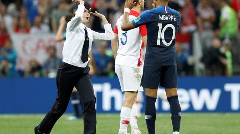 Во время второго тайма матча сборных Хорватии и Франции на поле выбежали четыре человека, в форме, которая напоминает полицейскую. Оказалось, что эти люди являются участниками акции от панк-группы