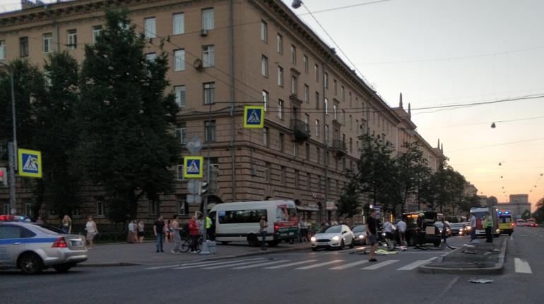 В Кировском районе Санкт-Петербурга сегодня, 15 июля, произошло дорожно-транспортное происшествие в результате которого маршрутка вылетела на тротуар.