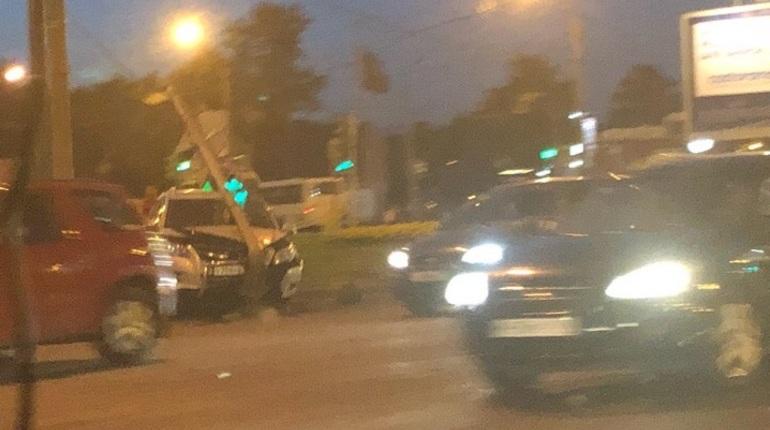 В Невском районе Санкт-Петербурга вечером в воскресенье, 15 июля, неудачливый автомобилист врезался в столб. Об этом сообщают свидетели происшествия в социальной сети
