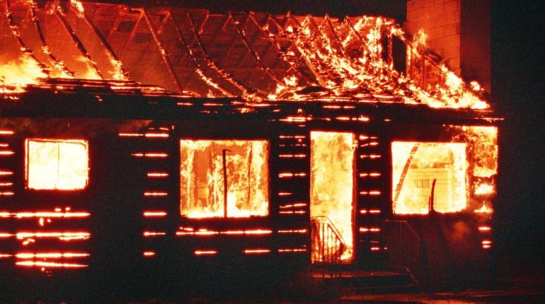 В Ленобласти пожарные тушили горящий жилой дом