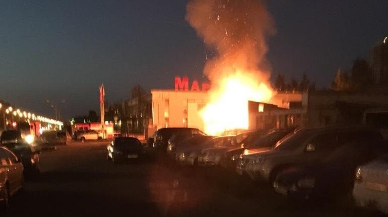 Ночью в Выборгском районе Санкт-Петербурга начался сильный пожар. Об этом сообщают свидетели происшествия в социальной сети