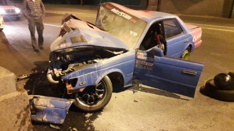 Под мостом на Стачек «всмятку» разбился гоночный автомобиль