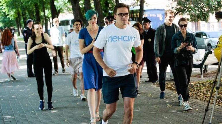 В Санкт-Петербурге в воскресенье прошла акция против повышения пенсионного возраста. Около полутора десятка человек отправились в забег за человеком, на котором была надета футболка с надписью