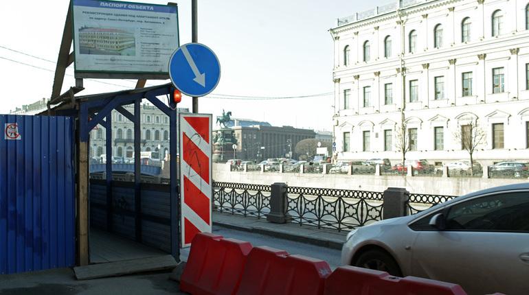 Стало известно, что с понедельника движение транспорта по набережной канала Грибоедова будет ограничено на три месяца.