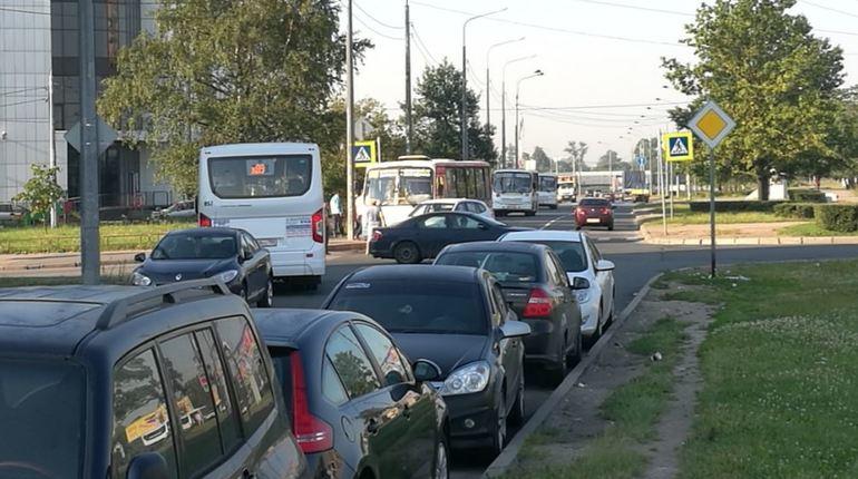 Сегодня утром произошла аварии на пересечении улицы Стойкости и кармана улицы Жукова. Очевидец пишет, что иномарка «БМВ» решила со второго ряда повернуть направо. Теперь машины стоят и сигналят, а торопиться куда-либо уже бесполезно.