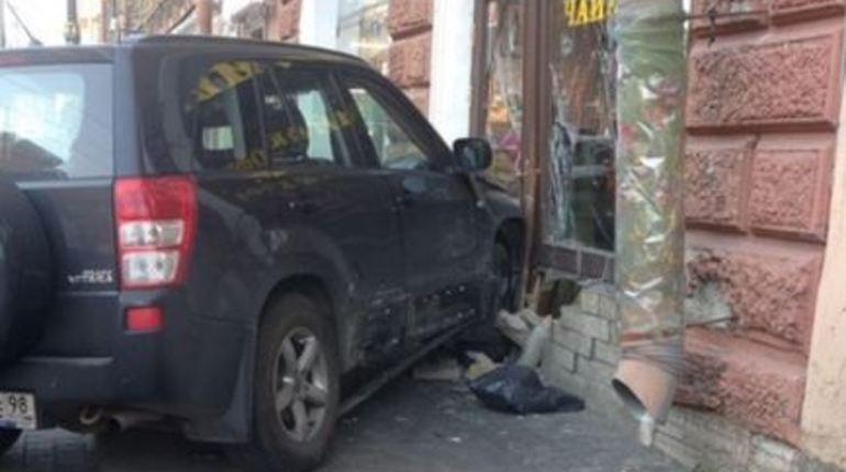 Утро на Владимирском проспекте нельзя назвать добрым, хотя никто из прохожих не пострадал после внезапного поворота автомобиля