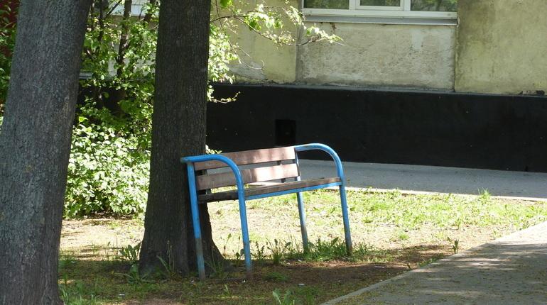 Тело мужчины обнаружили в сквере на Новочеркасском проспекте, 51. На нем была красная футболка и синие джинсы.