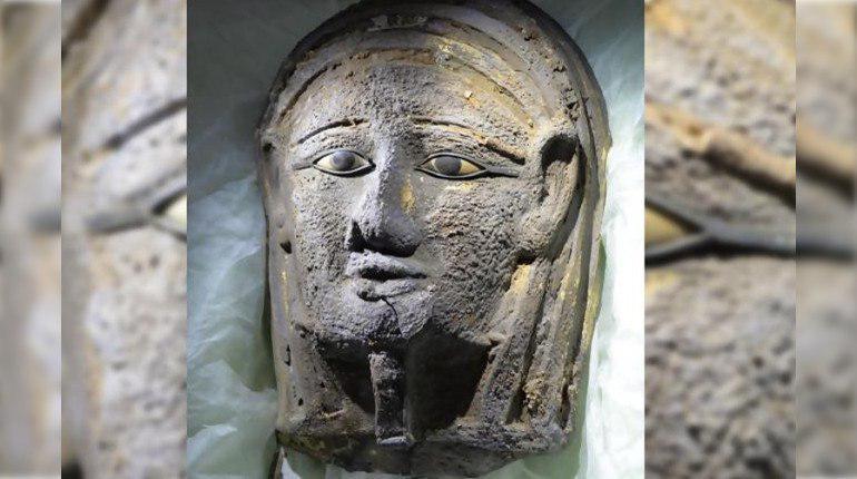 Мумия в серебряной с позолотой лицевой маске найдена учеными в комплексе могил в Саккаре, Египет.