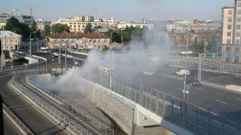 Новенький мост Бетанкура, введенный в эксплуатацию только 13 мая и до сих пор не доведенный до ума, едва не пострадал в огне. Под переправой сегодня разгорелся пожар. Задымил торф, который использовали для насыпи.