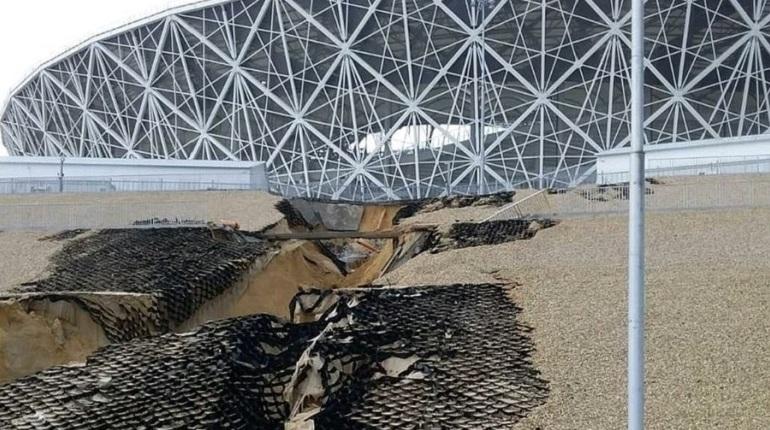 Сразу два стадиона, на которых проводились матчи Чемпионата мира по футболу, оказались сначала во власти стихии, а потом - в центре скандалов. Речь идет о