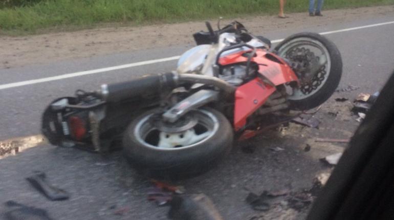 На Токсовском шоссе произошло столкновение легковушки и спортивного мотоцикла. Мотоциклист выжил, его госпитализировали.