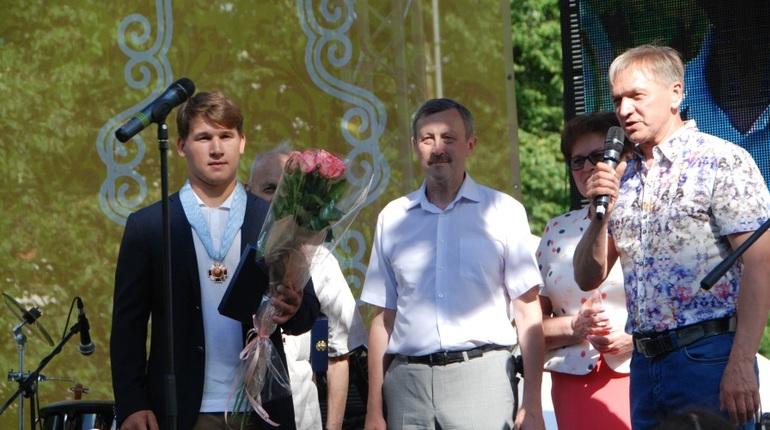 Хоккеист СКА Барабанов стал самым молодым почетным петергофцем