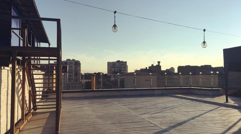 Петербуржцев приглашают потанцевать хастл - зажигательный парный латиноамериканский танец. Вечеринка пройдет 22 июля на панорамной крыше