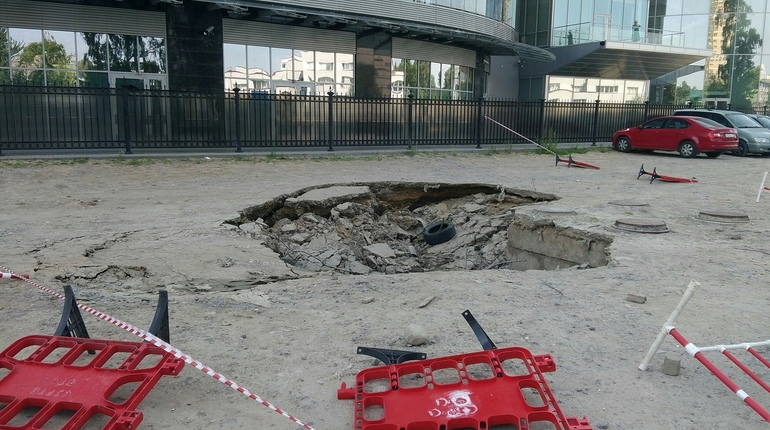 В Приморском районе Петербурга провалился асфальт. Инцидент произошел вечером в понедельник, 16 июля, около центра им. Алмазова.