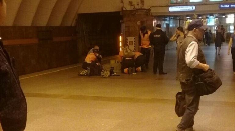 Движение поездов на оранжевой линии метро Петербурга постепенно приходит в норму. Упавшего пассажира на станции