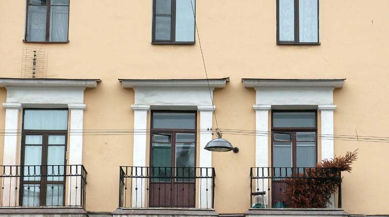 Житель Санкт-Петербурга, а также должник по алиментам, решил перехитрить судебных приставов. Однако мужчина не придумал ничего умнее, чем спрятаться на балконе квартиры своей дамы сердца.