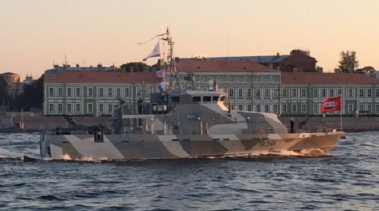 Военные корабли встретили яркий рассвет на Неве
