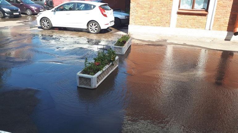 Рузовскую улицу затопило после прорыва трубы