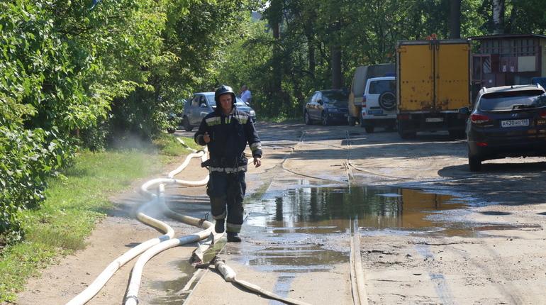 Спасатели МЧС РФ по Петербургу пока не могут подойти близко к месту взрыва в промышленной зоне на Литовской улице, 11. На месте находится много баллонов. Многие из них шипят. Визуально видно облако из газов.