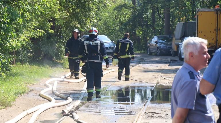 В Калининский район Петербурга стянуты дополнительные силы спасателей, работает полиция и следователи СК РФ по городу. Они находятся в промзоне на Литовской улице, 11, где в 12:36 мск 17 июля прогремел взрыв.