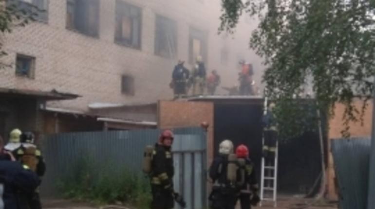 К 21.40 спасатели ликвидировали открытое горение на ул.Тамбасова, д.5, где находится павильон
