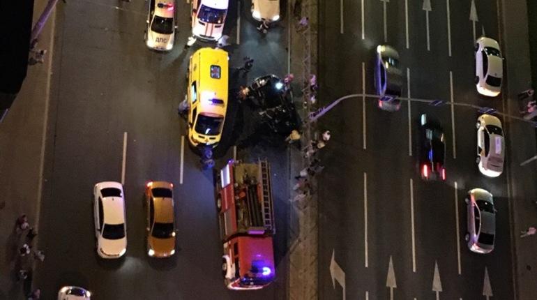 Девушку и мужчину госпитализировали после ДТП на пересечении Ленинского проспекта и Варшавской улицы. Их машины разлетелись от удара в дом и ограждение.