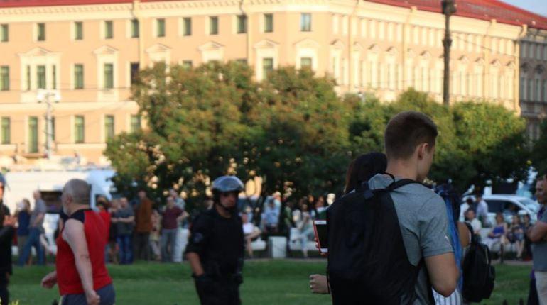 После незаконного митинга полицейские отпускают несовершеннолетних с родителями
