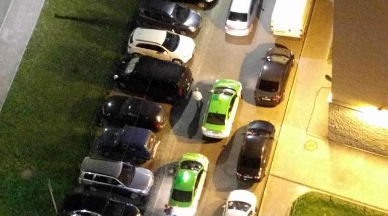 В новой Охте ночью автомобилиста окружили таксисты