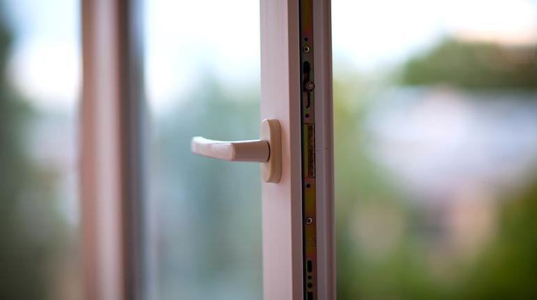 СК Ленобласти заинтересовалось падением ребенка из окна