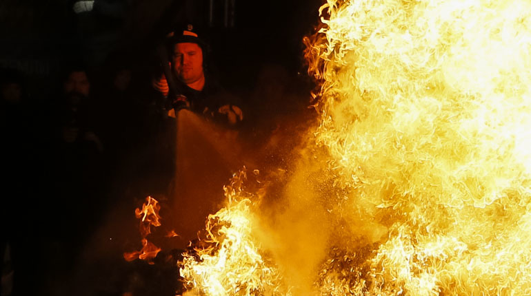В Сосново восемь пожарных залили полыхающие сараи
