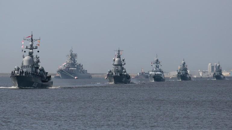 Главный Военно-морской парад в Кронштадте пройдет 29 июля. Пока в городе идет подготовка, движение транспорта будет ограничено. Какие дорогие перекроют и как попасть в Кронштадт в день парада, в материале