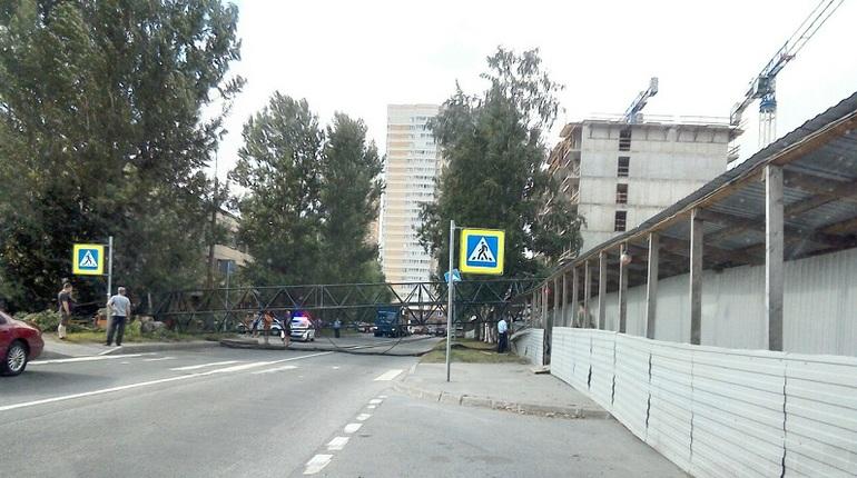 В Приморском районе пытаются освободить дорогу от упавшего строительного крана