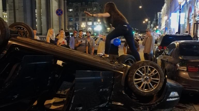 Перевернутая машина стала аттракционом в центре Петербурга