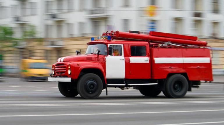 Пожар в двухкомнатной квартире тушили утром 22 июля на улице Гладкова. К 7:00 огонь потушили.
