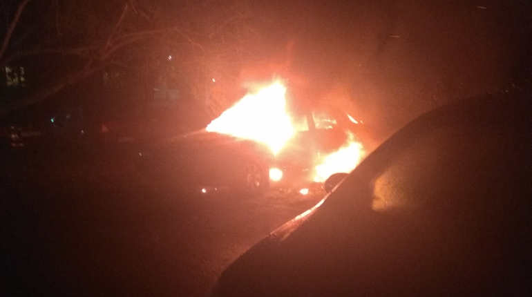 В Рыбацком ночью загорелись припаркованные машины