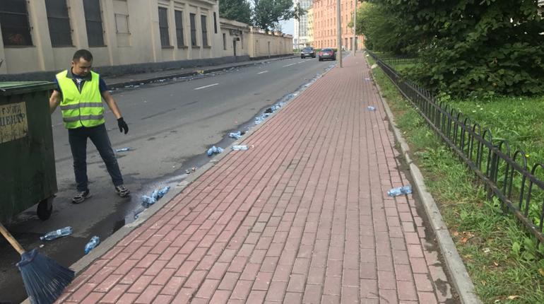 Марафонцы оставляют за собой след из бутылок